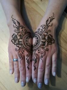 henna op twee handen, spiegelend design